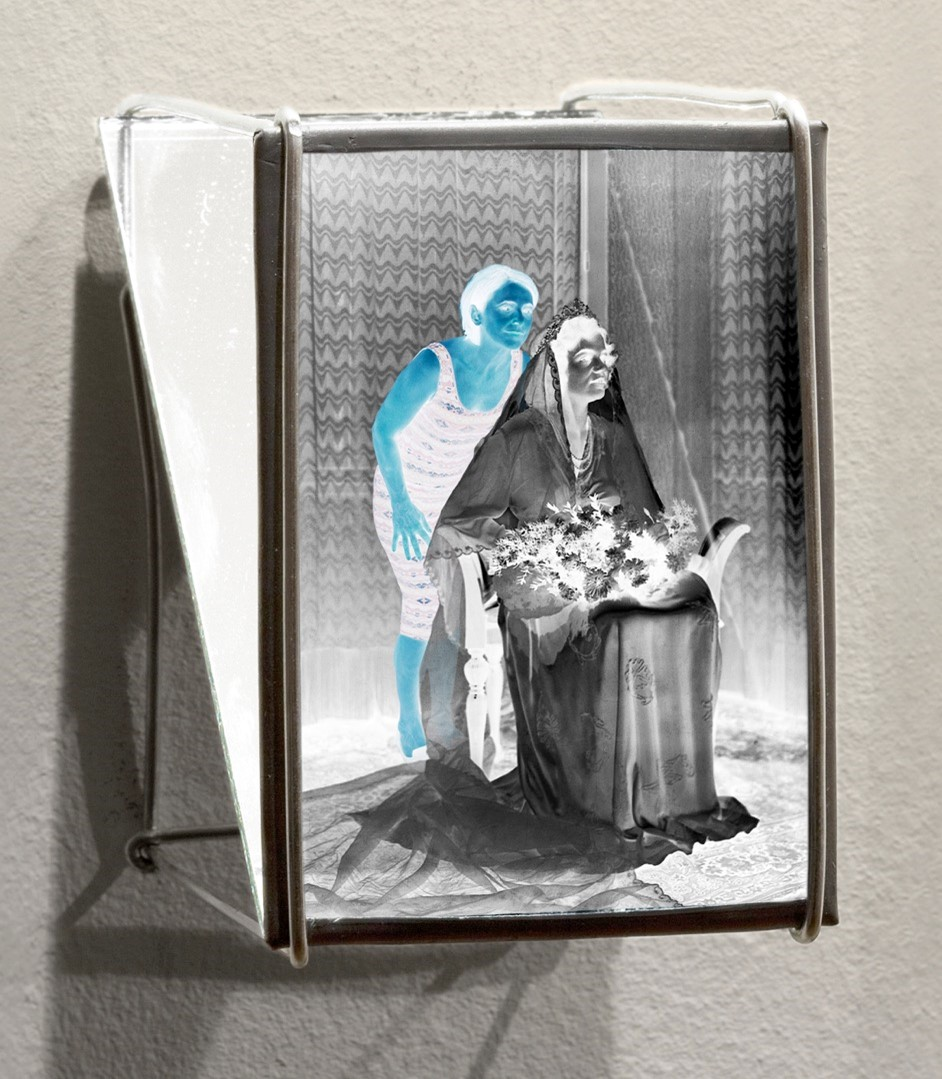 Brides, light boxes II - 2019  Film negative, lead plate, aluminium wire, mirror Ed 3 + 1 AP6 x 6 x 9 cm   Interesse? Contacteer ons