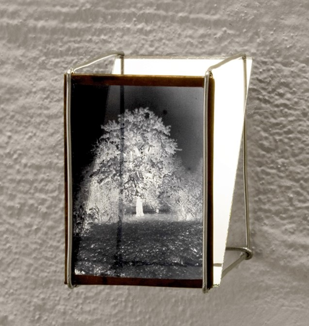 Frosty Oak at the Forester's Lodge. Winter shot, light box - 1930/95  Film negative, copper plate, aluminium wire, mirror Ed 3 + 1 AP6 x 6 x 9 cm  Interesse? Contacteer ons